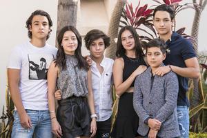 11052021 Cumpleaños Marthita Fahur, acompañada de sus hermanos Marisofi y Salín, junto a sus primos Ale, Nico y Diego.