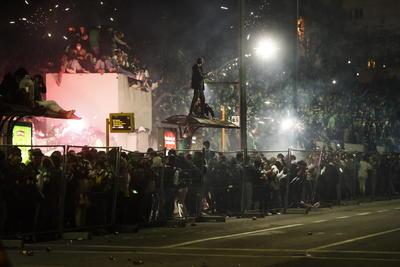 Festejo de aficionados del Sporting de Portugal termina en enfrentamiento con la policía