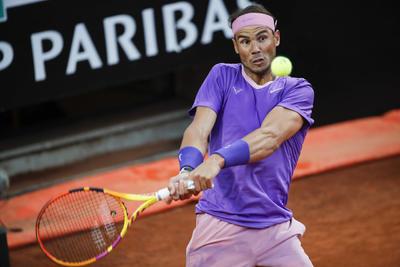 Rafa, que en las últimas cuatro primeras rondas en Roma apenas había perdido cuatro juegos en total, volvió a entregar el saque en el tercer juego del segundo set, pero no perdió la tranquilidad, jugó su tenis y construyó su remontada.