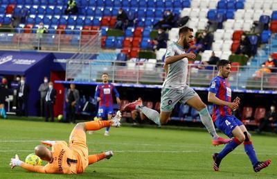 Eibar y Betis firman un empate que les deja a medias