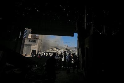 Palestinos inspeccionan escombros tras ataque israelí en Gaza