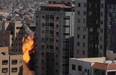 El derrumbe de la torre Al Jalaa fue captado en vivo por múltiples cadenas de televisión internacionales, incluso aquellas que hasta hoy transmitían desde allí.