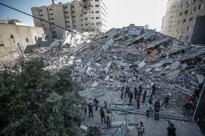 Este incidente tuvo lugar poco después de que las milicias palestinas de Gaza lanzaran una ráfaga de cohetes hacia Tel Aviv, la mayoría de los cuales fueron interceptados aunque uno de ellos impactó en la cercana Ramat Gan, donde un hombre de 55 años resultó muerto y 13 personas resultaron heridas.