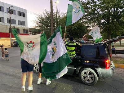 Afición de Santos Laguna festeja en Plaza Mayor