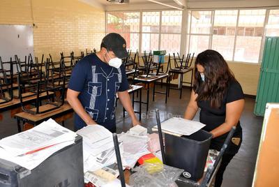 Capacitan. Padres y madres de familia recibieron capacitación en la escuela primaria Lucio Blanco de Torreón sobre los protocolos a seguir.