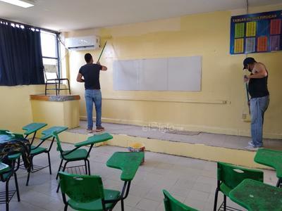 Pintan salones. En la secundaria Eva Sámano de López Mateos trabajaron la semana pasada pintando los salones de clase y adecuando los espacios para poder retomar actividades presenciales en esta etapa final del ciclo escolar.
