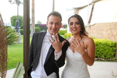 El joven Eduardo Villegas y la señorita Kristel Yoseff unieron sus vidas en matrimonio acompañados por sus amistades.