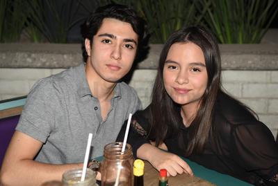 Noche de pizza y bebidas para Arad Salas y Ximena Ramírez