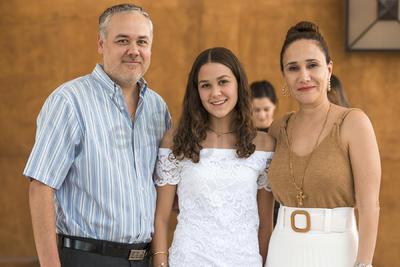 Katia Pámanes Fernández con sus papás, Adriana Fernández y Jorge Ignacio Pámanes.