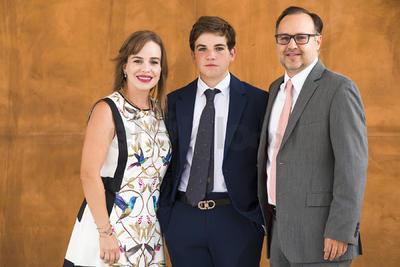 Bernardo Pérez con sus papás, Cristina y Fernando Pérez.