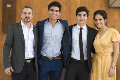 Antonio Fahur Mexsen con sus padres, Antonio Fahur y Fabiola Mexsen, junto a su padrino, Andrés Campillo.