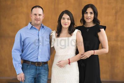 María Sofía Regueiro junto a sus padres, Tomás Regueiro y Ana Claudia Baca.
