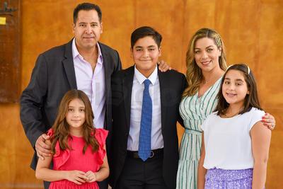 Rodrigo Sánchez con sus papás, Alejandro Sánchez y Belinda Nahle, y sus hermanas, Mariángel y María Inés.