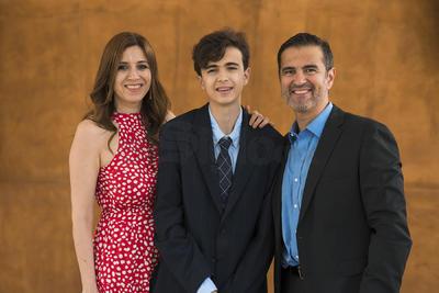 Augusto Ávalos acompañado de sus papás, Lorena y Augusto Ávalos.