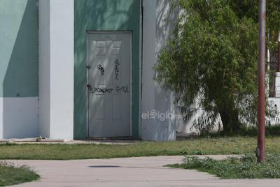 Vandalismo. Las instalaciones del pulmón han sido víctimas de los vándalos. Es común ver grafitis en las puertas, paredes y banquitas del lugar; además, abundan las luminarias descompuestas.