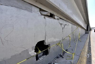 Fuertes colisiones. Los daños en la estructura que presentan los puentes vehiculares son causadas, principalmente, por los choques. Frecuentemente automovilistas en estado de ebriedad se impactan contra los muros de concreto, causando graves daños.