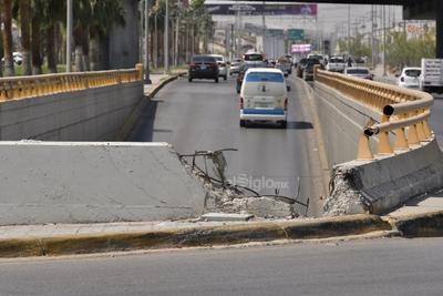 Visibles daños. Los pasos a desnivel de la ciudad de Torreón también presentan daños de consideración. En uno de ellos la varilla está totalmente destrozada.