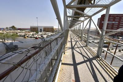 Peligro para los peatones. En uno de los puentes peatonales ubicado sobre el periférico Raúl López Sánchez, a la altura de la Expo Feria, la malla ciclónica está destrozada, además la estructura tiene varios grafitis y algunos baches.