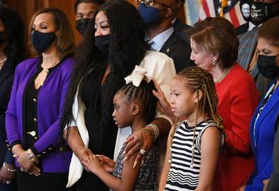 Familia de George Floyd conmemora en Washington aniversario de su muerte