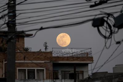 Luna llena de mayo  Luna llena vista desde hoy 25 de mayo de 2021 desde El Siglo de Torreón en Av. Acuña y Matamoros, Torreó Centro, Coahuila.  Jorge Martínez Mauricio Torreón Coahuila  México  moon, luna llena, luna de mayo