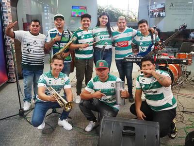 Grupo lagunero 'Los Hermanos Ríos' le canta a 'El Mudo' Aguirre