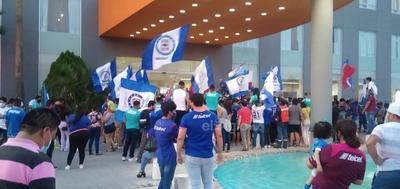 Afición de Cruz Azul recibe a los jugadores en hotel de concentración