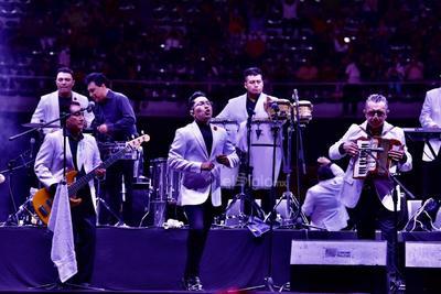 Los ánimos de la audiencia permanecieron y aumentaron cuando sonaron los primeros acordes de Cómo te voy a olvidar, de la autoría de Jorge Mejía, y Amor a primera vista, uno de los más recientes hits de la banda.