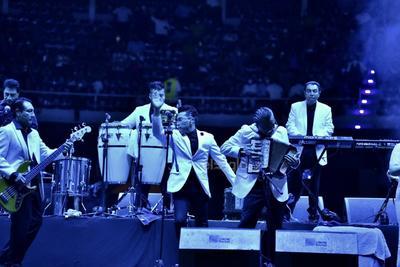 A las 21:40 horas, los cantantes y músicos irrumpieron en el escenario luciendo los hombres sacos blancos y pantalones negros y las mujeres, vestidos de color blanco.