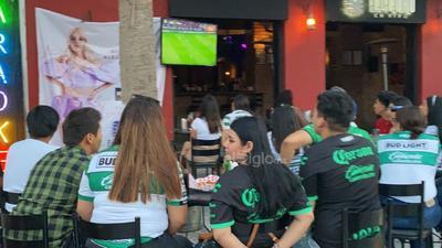 Con todo y tolvanera, laguneros salen a apoyar al Santos