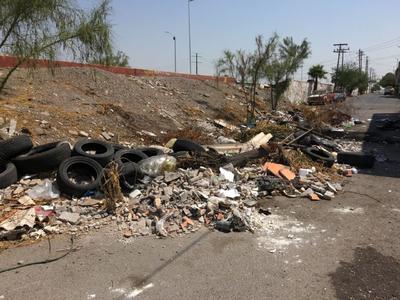 'Ya tiene años'. Habitantes de la colonia Arenal, al poniente de Torreón, denuncian que por años sobre el bulevar Río Nazas y avenida José San Martín los residuos han obstruido la vialidad.