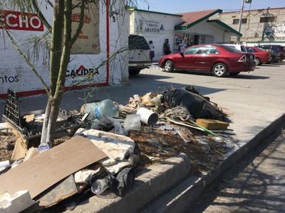Basura y escombros. Justo al exterior del Centro de Salud Urbano Abastos, sobre la calle C. Vicente Suárez, es común observar montones de basura y escombro.