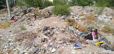 Terreno baldío. Habitantes de la colonia Mayrán arrojan todo tipo de desecho y basura en el terreno baldío pegado a la barda del club Montebello, ubicado en la calzada Sección 38 y calle De Los Actores.