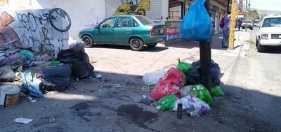 Obstáculo. La zona Centro no está exenta de este problema. Las banquetas de los comercios abandonados ubicados en la calle Leona Vicario, sobre el bulevar Revolución, se han convertido en basureros, pues nadie se hace cargo de la limpieza del lugar.