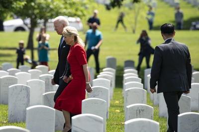 Biden conmemora en Arlington el Día de los Caídos en Guerras