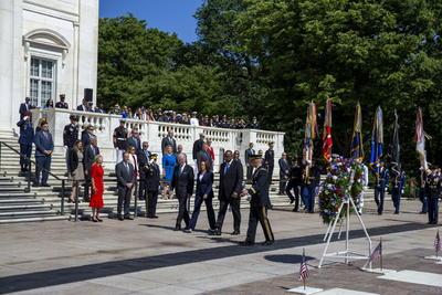 Mujeres y hombres, todos aquellos a los que honramos hoy, dieron sus vidas por su país -subrayó-, pero vivirán para siempre en nuestros corazones, siempre orgullosos, siempre honorables, siempre estadounidenses.