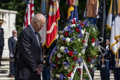Biden siguió con una defensa de la democracia y de sus instituciones. En ese sentido, hizo un alegado a favor del derecho al voto y a una prensa libre fundada en hechos y no en propaganda.