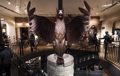 La tienda de Harry Potter más grande del mundo permite sumergirse en la saga del famoso mago y en su mundo de bestias fantásticas nada más atravesar el portal, donde una enorme figura del ave fénix Fawkes recibe al visitante con sus alas rojizas abiertas sobre una sala repleta de 'merchandising'.