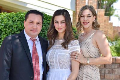 CONFIRMACIÓN. Paulina con sus padrinos, Carlos y Elena.
