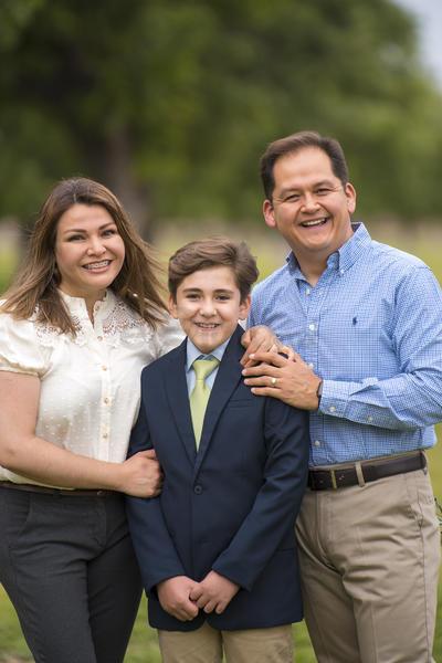 Carlos Cervera y Erika Carral acompañando a Carlos en su comunión.