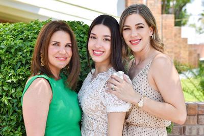Valeria Barrios con su mamá, Elena Saade, y su madrina, Gaby del Bosque.
