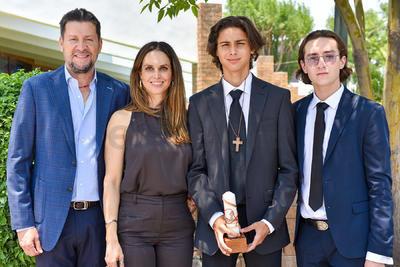 Antonio Kuri con sus papás, Antonio Kuri y Sandra Hoffman, y su padrino, Enrrique Humphrey.
