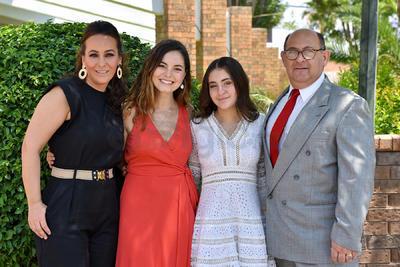 Roberta Mafud con sus papás, Ivette Collier y Gerardo Mafud, junto a su madrina, Fernanda Martínez