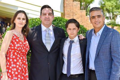 Alejandro Obeso Cobián, acompañado de sus padres, Francisco Obeso y Mayte Cobián, junto a su padrino, Luis Jaidar Ramón.