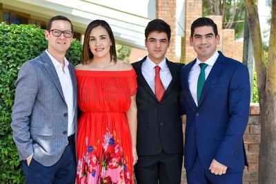 Víctor Ortega con sus papás, Víctor Ortega y Cristina Albeniz, y su padrino, Abelardo de la Fuente.