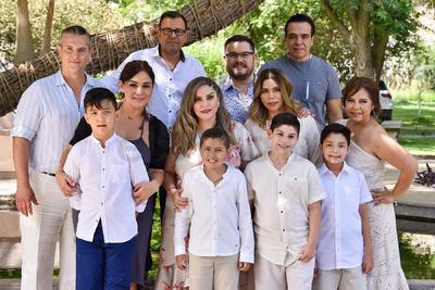 Primera comunión de los niños Ricardo Castro, Santiago Ramírez, Carlos García e Isaac Ortiz, acompañados por familares y padrinos.
