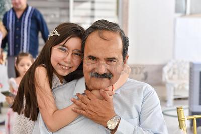 Elisa María Salcido Matías acompañada de su papá, Ignacio Salcido.