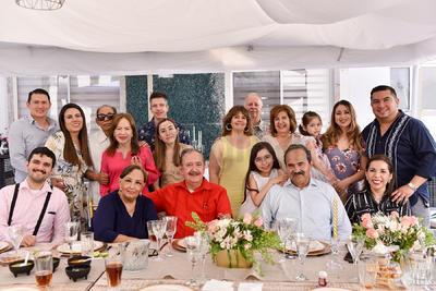 Familiares celebran primera comunión de Elisa.