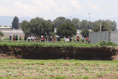 El desprendimiento se dio el sábado en un terreno de cultivo del municipio Juan C. Bonilla, a poco más de 20 kilómetros de Puebla capital, en una zona donde solamente hay algunas casas pequeñas y humildes de las personas que trabajan los sembradíos.