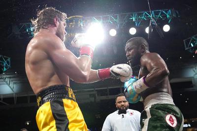 Mayweather domina a Logan Paul en espectáculo de boxeo