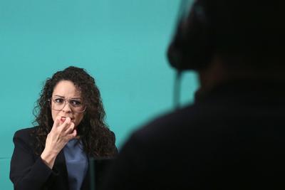 Laura Álvarez y el reto de traducir a AMLO en lengua de señas